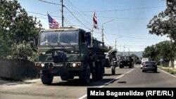 Колонна американской бронетехники направляется в Вазиани
