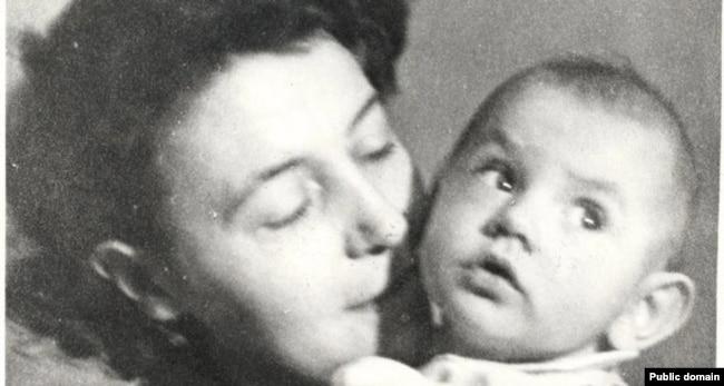 Супруга Джорджа Оруэлла Эйлин с пасынком Ричардом, 1944 год