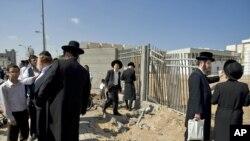 Израильтяне собираются у синагоге в Ашдоде - после ее обстрела в пятницу