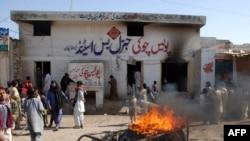 تظاهرکنندگان خشمگين يک پاسگاه پليس را در شهر دره غازی خان پنجاب به آتش کشيدند، جمعه ۱۸ بهمن ۱۳۸۷