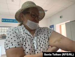 Азаматтық белсенді Роза Мұсаева полиция жасағы өзін ұстаған кезде қолын көгертіп қойғанын айтады. Нұр-Сұлтан, 4 тамыз 2020 жыл.