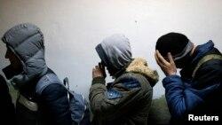 Migranti sa Kosova u policijskoj stanici u Subotici