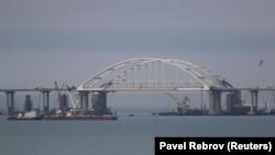 Вид на арку мосту, що будується через Керченську протоку, архівне фото