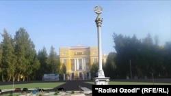 В сквере будет установлен 20-метровый постамент с государственным Гербом Таджикистана