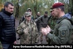 Слева направо: Валерий Кобыща и Мария Подыбайло беседуют с Артурасом Ясинскасом (справа)
