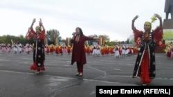 "Узбекский танец ""Лязги"" на праздновании Дня города Оша. 5 октября 2017 года."