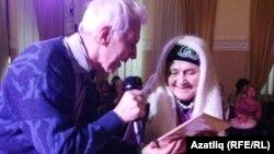Илдар Шиһапов Аманҗамал апага бүләк тапшыра