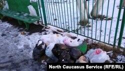 Куча мусора во дворе жилого дома во Владикавказе