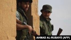 دو تن از جنگجویان گروه حشد الشعبی عراق