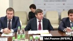 Мидхат Шагиахметов (в центре)
