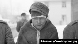 Захваченный в плен советский солдат в одолженной шапке