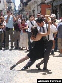 Көчөдөгү танго бийи. Буэнос-Айрес, 2004-жыл.