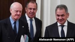 Ministrul de externe rus Sergei Lavrov, cel al apărării, Sergei Shoigu și trimisul special ONU pentru Siria, Staffan de Mistura la o ședință la Moscova, la 21 decembrie 2017