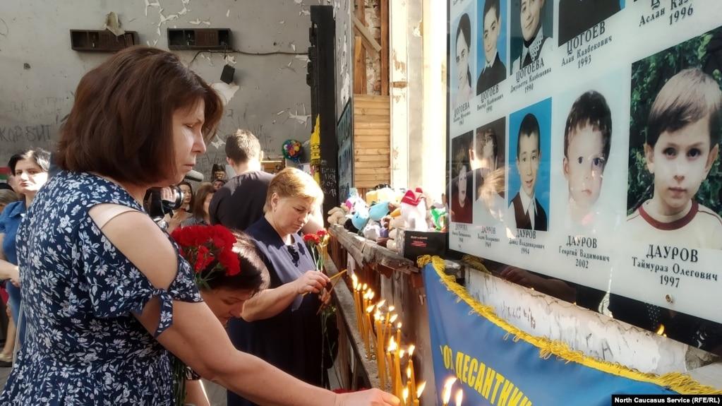Родственники погибших на месте теракта в школе №1, Беслан, 1 сентября 2019 года