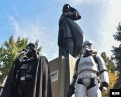 Дарт Вейдер возле памятника в Одессе