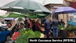 Продавцов и посетителей на рынке немало. Тех, кто соблюдает меры предосторожности, носит маску и перчатки – явное меньшинство