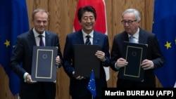 Erkin söwda ylalaşygyna Ýaponiýanyň premýer-ministri Şinzo Abe, Ýewropa Geňeşiniň prezidenti Donald Tusk we Ýewropa Komissiýasynyň prezidenti Jean-Claude Juncker dagy gol goýdy. 17-nji iýul, 2018 ý.
