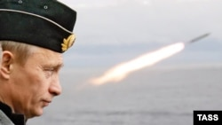 Russia -- President Vladimir Putin watches military exercises aboard 'Pyotr Veliky' heavy nuclear missile cruiser in Murmansk Region, August 17, 2005