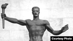 "Кроме Гитлера, в числе почитателей Арно Брекера можно найти Сталина, Дали и Кокто. [Фото — <a href=""http://www.muar.ru/press_dossier/rogoz7/01b.jpg"" target=""_blank"">Музей Архитектуры им. Щусева</a>]"