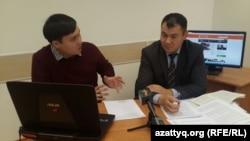 Астананың қылмыстық істер жөніндегі мамандандырылған ауданаралық сотының судьясы Ерлан Қосмұратов (оң жақта) пен журналист Мәди Бекмағанбет онлайн-конференция кезінде. Астана, 23 қазан 2015 жыл.