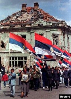 Серби у місті Вуковар протестують проти проведення місцевих виборів під егідою ООН, після котрих регіон повернеться до складу Хорватії. 8 березня 1997 року