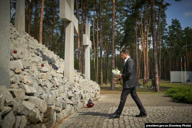 Президент УКраїни Зеленський ушанував пам'ять жертв політичних репресій. Биківнянський меморіал. 17 травня 2020 року