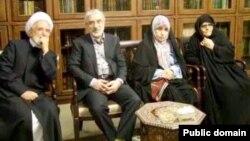 موسوی و کروبی از بهمن سال ۸۹ بدون برگزاری دادگاه در حصر خانگی قرار گرفتند. زهرا رهنورد، همسر موسوی همچنان با او در حصر است.