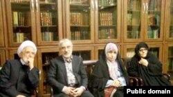 از چپ: مهدی کروبی، میرحسین موسوی، زهرا رهنورد، فاطمه کروبی