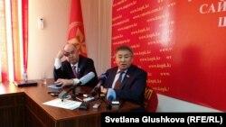 Тургун Сыздыков (справа), лидер провластной Коммунистической народной партии Казахстана, и бывший лидер КНПК Владислав Косарев. Астана, 26 марта 2015 года.