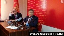Кандидат в президенты Тургун Сыздыков (справа) и депутат мажилиса парламента от КПНК Владислав Косарев. Астана, 26 марта 2015 года.