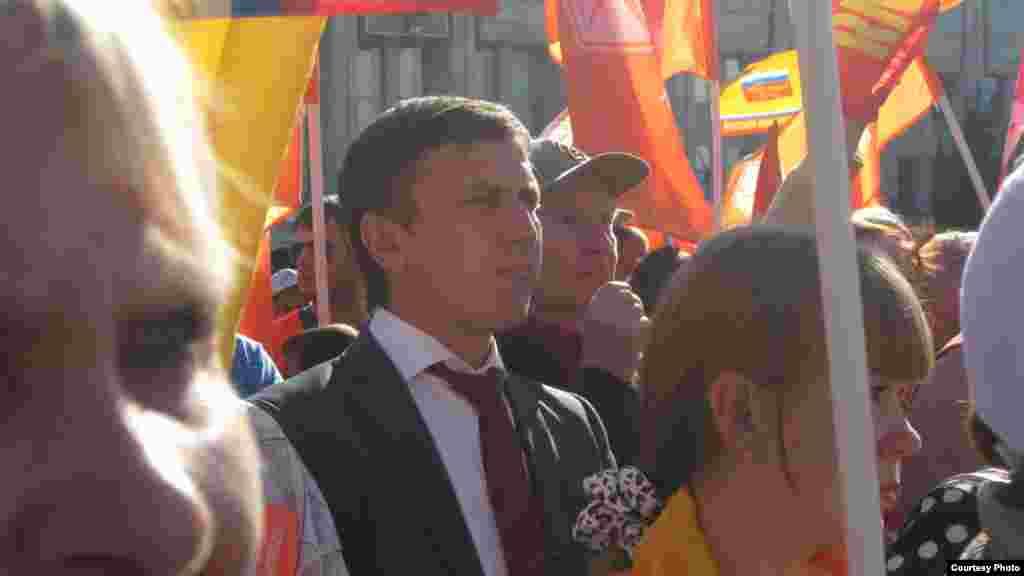 Мэр Ярославля Евгений Урлашов среди митингующих