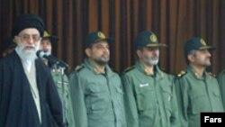 سردار عزیز جعفری (نفر اول از راست) همراه با دیگر سرداران سپاه و آیت الله علی خامنه ای، رهبر جمهوری اسلامی