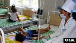 Ауруханадағы балалар мен дәрігер. (Көрнекі сурет)
