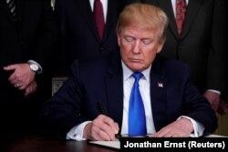Tramp potpisao odredbu kojom se Kini nameću nove tarife