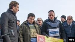 Голова ОБСЄ, міністр закордонних справ Австрії Себастьян Курц разом з українським колегою Павлом Клімкіним відвідує прифронтову зону на Донеччині, 3 січня 2017 року