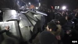 Столкновения протестующих и полиции в Гюмри, где была убита армянская семья. 15 января 2015 года.