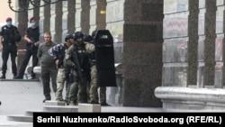 Поліція оточила район бізнес-центру в Києві, де нападник утримував заручницю, 3 серпня 2020 року