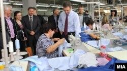 Архивска фотографија: Вицепремиерот и министер за финансии Зоран Ставрески во посета на погон за конфекциско перење и сушење во Стојаково.