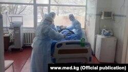 Кыргызстанские врачи лечат пациента с COVID-19. Иллюстративное фото.