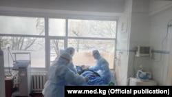 Врачи в Кыргызстане в палате с пациентом.