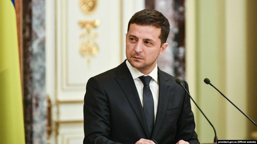 Напередодні Зеленський анонсував, що 25 жовтня на виборчих дільницях під час місцевих виборів українцям поставлять «п'ять важливих питань» про те, що «раніше нас ніколи не питали»