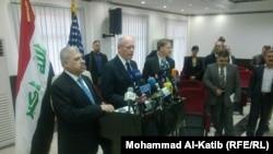 محافظ نينوى أثيل النجيفي (يسار) والسفير الأميركي جيمس جيفري يتحدثان في مؤتمر صحفي في الموصل