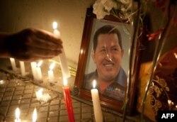 Свечи перед посольствами Венесуэлы в мире, почти везде
