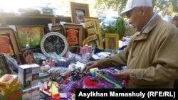 лматы қаласының Орталық мешітінің жанында діни кітаптар сатып тұрған Ағзамбек. Алматы, 14 қазан 2012 жыл.