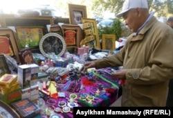 Орталық мешіт жанында діни кітаптар сатып тұрған азамат. Алматы, 14 қазан 2012 жыл.