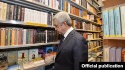 Armenia - President Serzh Sarkisian visits a bookstore in Yerevan,19Feb,2018