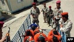 جنود عراقيون يعتقلون مشتبهاً بهم في المحمودية في 7/5/2007
