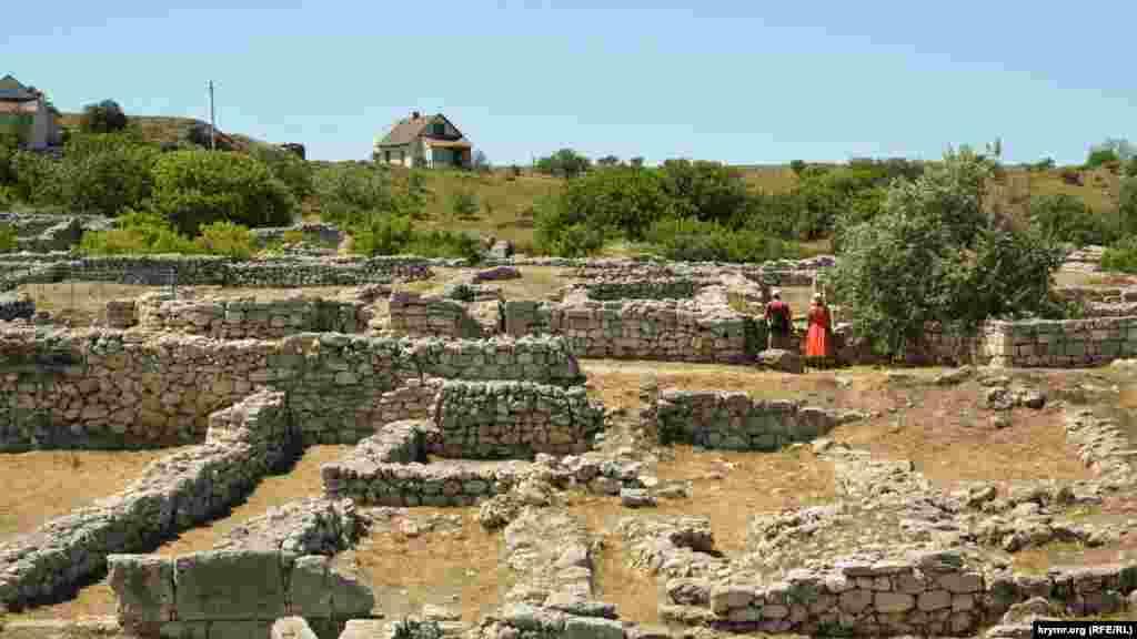 Туристы блуждают в руинах заповедника«Херсонес Таврический»