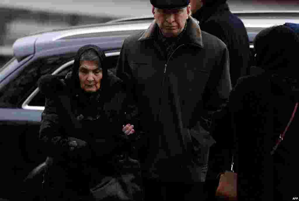 Маці забітага апазыцыянэра Дзіна Эйдман прыехала на разьвітаньне з целам Барыса Нямцова.