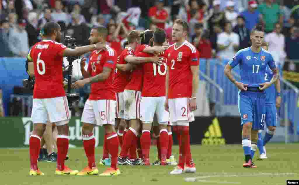 В тобында Уэльс (қызыл формада) құрамасы Словакия командасын 2:1 есебімен жеңді. Бұл екі ел Еуропа чемпионатына алғаш қатысып жатыр. Бордо, 11 маусым 2016 жыл.